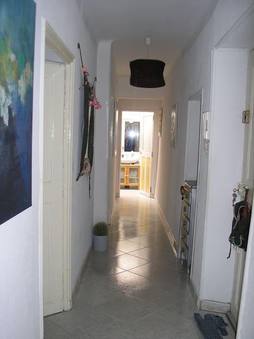 Le couloir dessert deux grandes chambres...