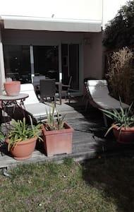 beau studio avec jardin ensoleillé