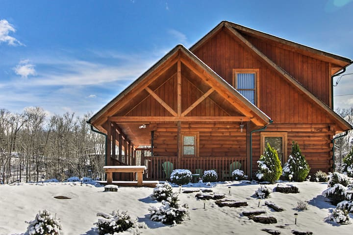 Serene Sevierville Cabin w/ Hot Tub & Pool Access!
