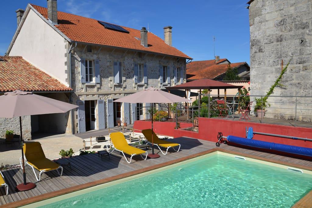 Une piscine, un SPA, un sauna, un grand jardin et une dépendance avec cuisine, salon et salle de jeux