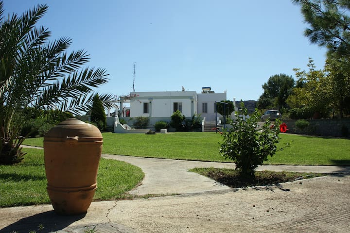 Villa quiet location, garden, 5min from beach(car) - Archangelos - Villa