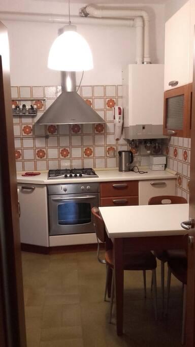 cucina abitabile dotata di lavastoviglie, frigo, forno e bollitore