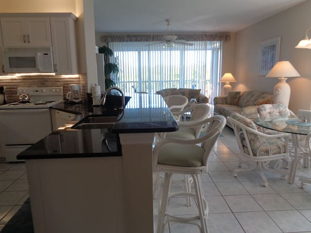 Captain's Bay- Steps from the Beach - Fort Myers Beach - Apartment