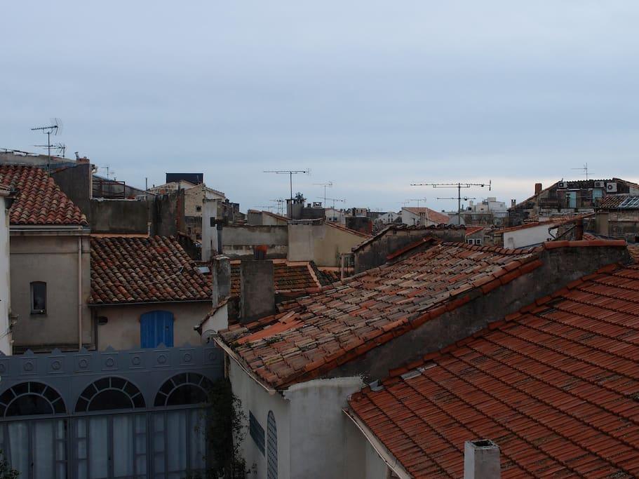 Vue de la cuisine sur les toits arlésiens