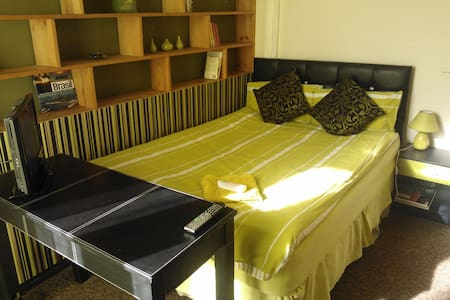 COCOCOZY: Cheerful Warm Dbl with TV - London - House