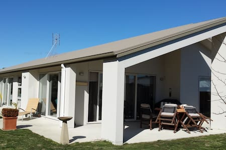 Warm, sunny modern home 3 mins walk to cafe, bus. - Tauranga - House