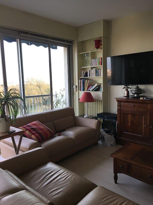 le salon et une partie des baies vitrées