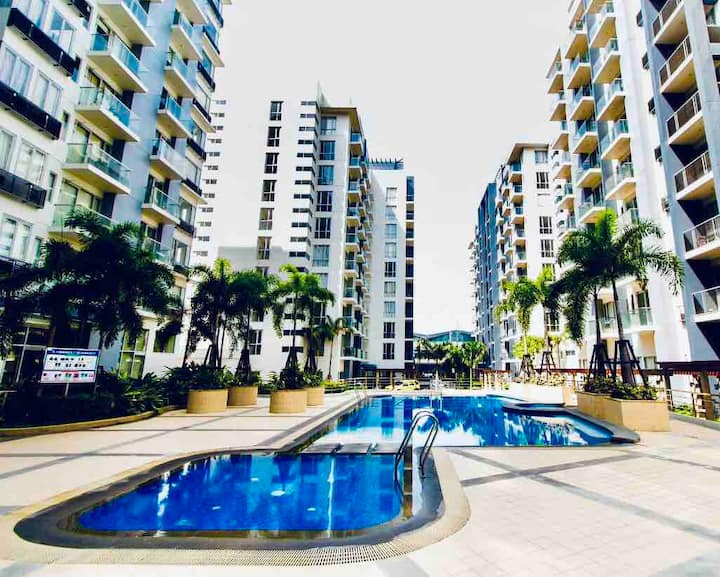 Spacious condo across airport with fast wifi