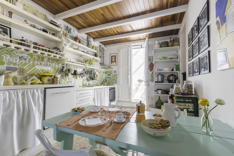 Benvenuti a casa mia! Offriamo la tipica colazione pugliese con caffè Quarta, pasticciotti, pasta di mandorle, friselle, olio extravergine di oliva, pomodori e frutta fresca :-)