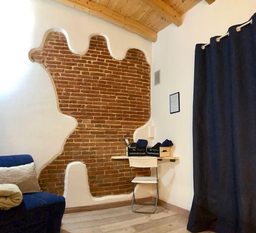 ..uno scorcio della parete antica...