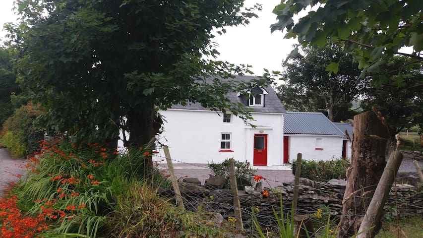 Traditional Irish Cottage, Ring of Kerry - Cahersiveen - Dom