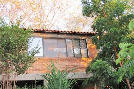 Habitación doble, cama Queen size, cocina,terraza.