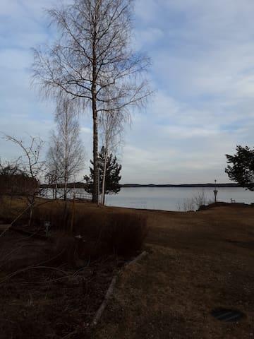 Yksiö järven rannalla