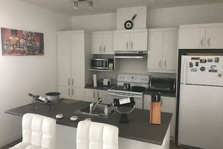 Nice room steps from metro station.10 min downtown - Longueuil - Leilighet