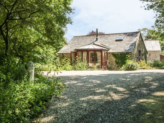 BULLS COTTAGE, pet friendly, with open fire in Blisland, Ref 924874