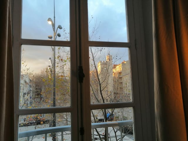Vue hivernale sur la Tour Saint Jean et l'une des tours du Palais des Papes