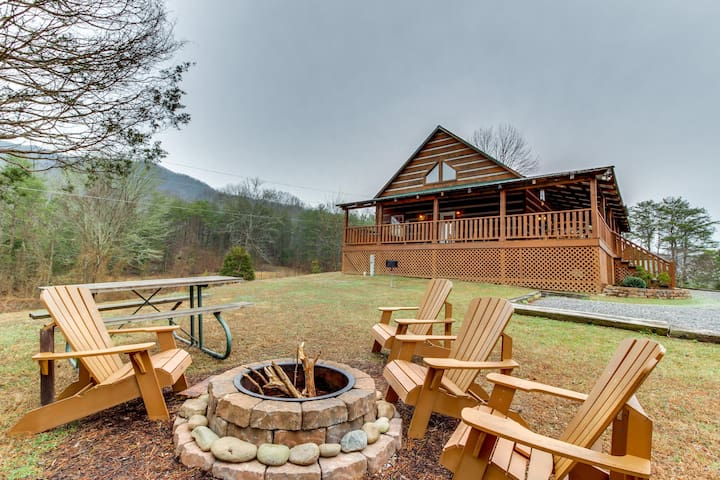 Cabin surrounded by nature w/private hot tub, shared pool & more!