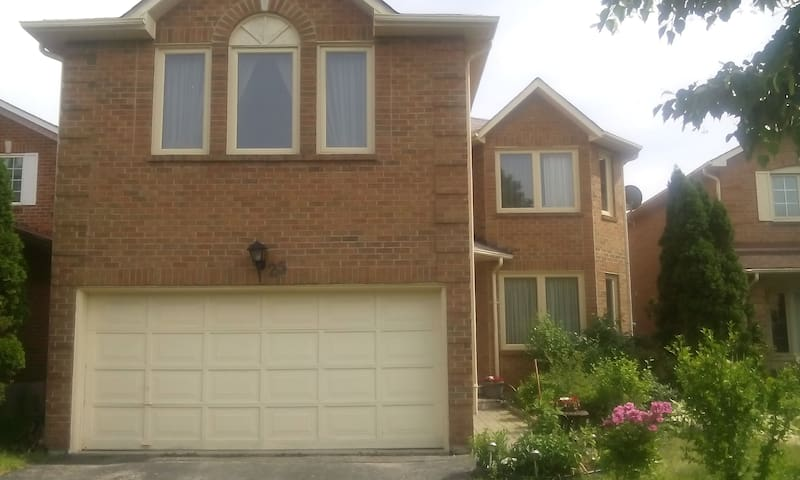 Maple, Ontario Home (Rooms for rent)