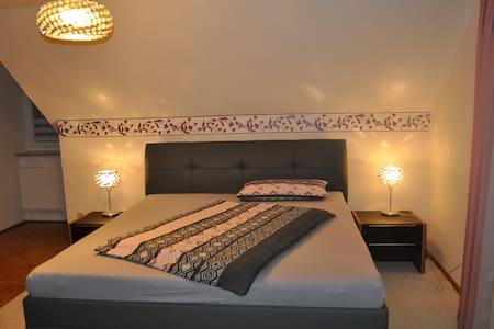 Ruhiges Zimmer in beliebtem Wohnviertel - Hof - Casa