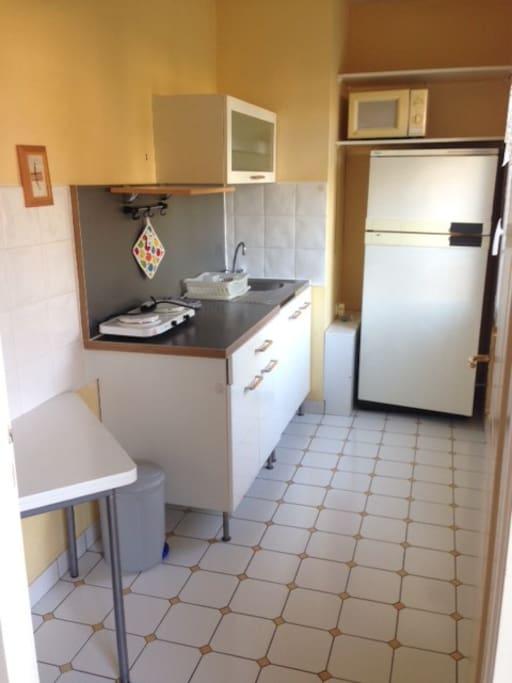 cuisine aménagée avec grand réfrigérateur