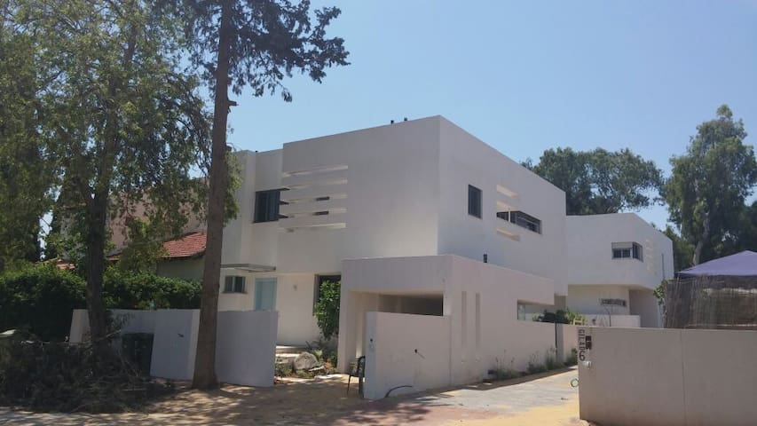 A new luxury villa with a pool in Hod Hasharon
