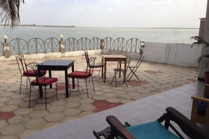 Appartement, terrasse au bord du fleuve
