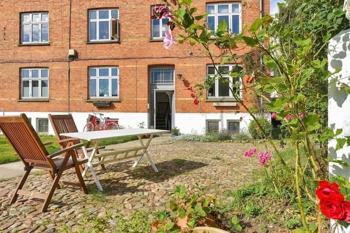 Authentic and romantic 2 room flat, with garden