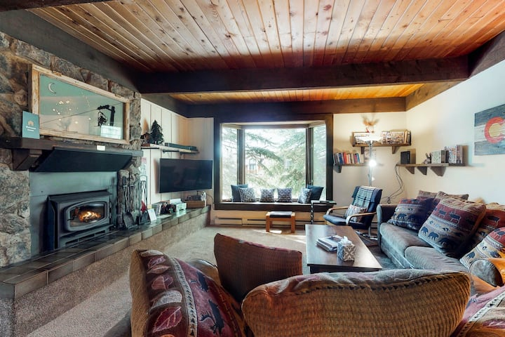 Mountain condo w/ wood-burning fireplace & shared hot tub - walk to lifts!