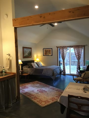 Stylish, Private, Urban Guest House - Salem