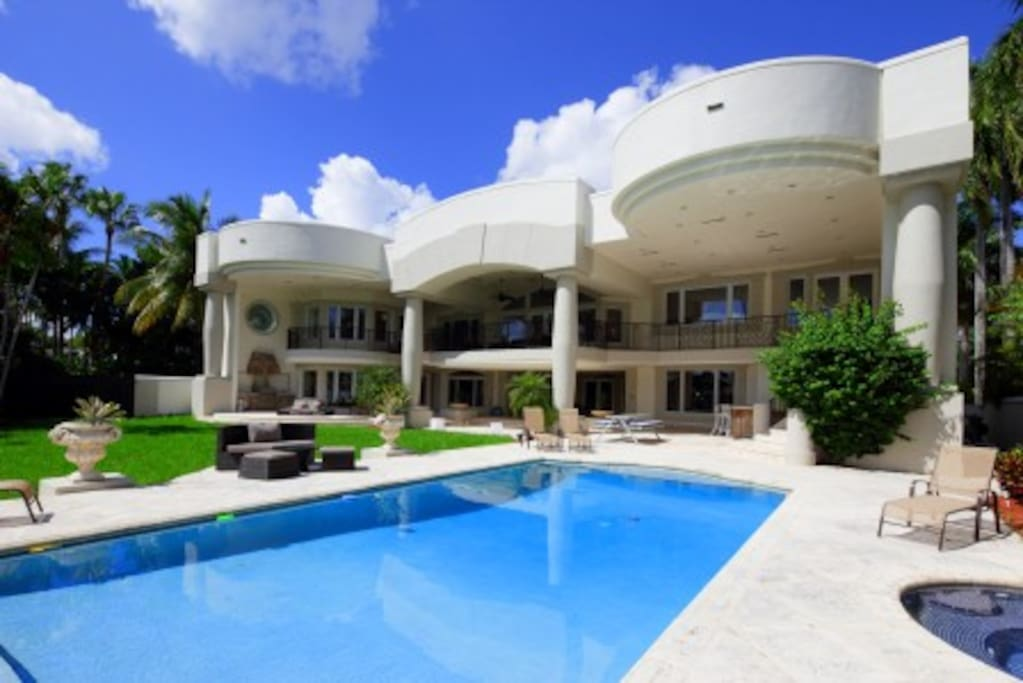 Luxury mansion on bay sleeps 10 but hosts 20 villas for for Hollywood mansion for sale
