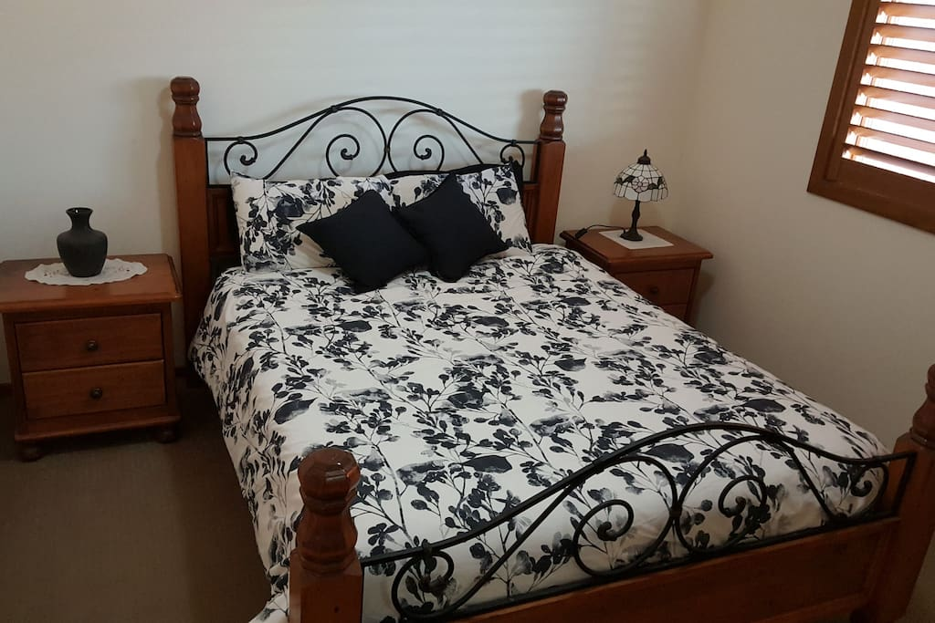 QUEEN BED & SIDE TABLES
