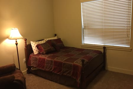 Cozy guest bedroom.  Great location - Layton - Apartamento