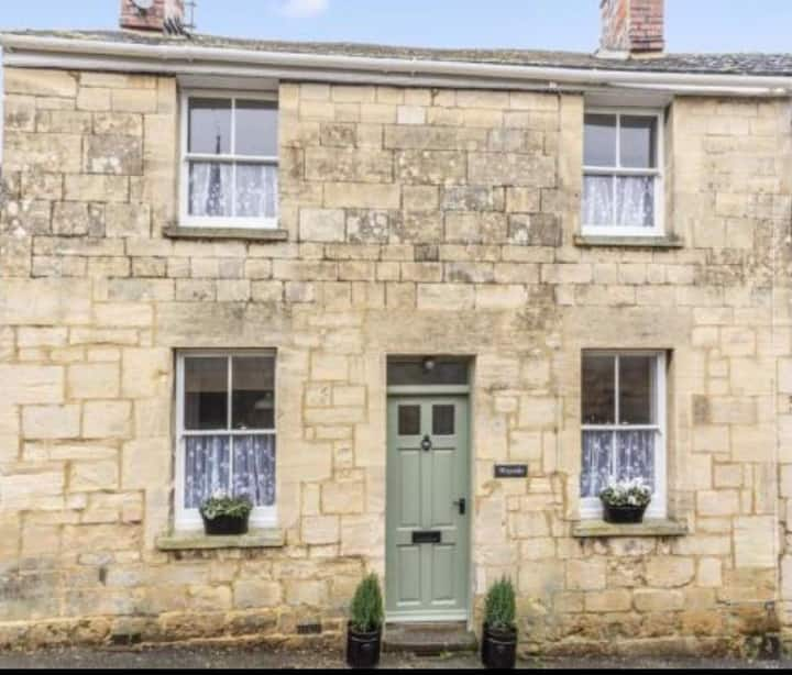 Fairy tale Cotswold cottage in Painswick