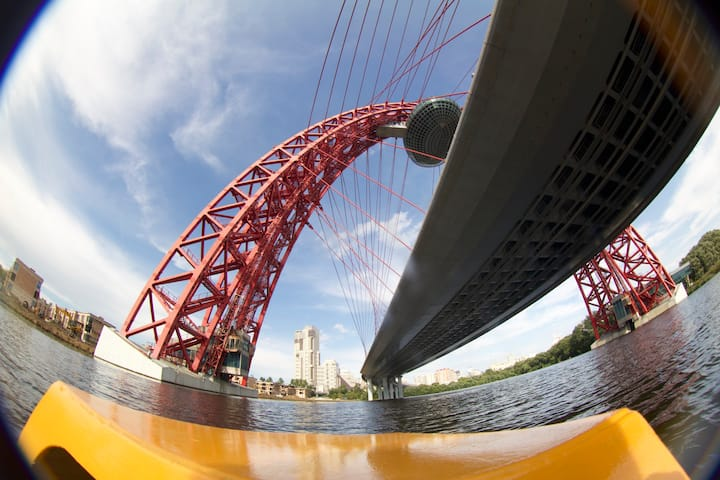 проходя под живописным мостом