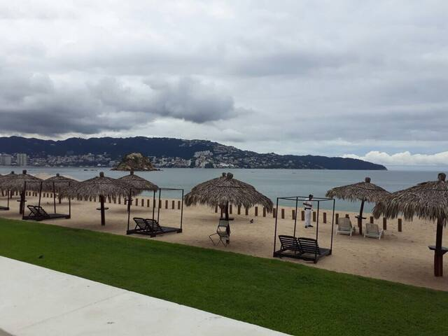 Condo ubicado a orilla de la bahía con acceso directo a playa y uso de cabañas y palapas exclusivas