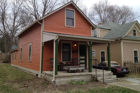 Pumpkin House: Quirky & Historic with Hot Tub - Bloomington - Maison