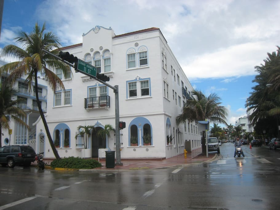 corner of 10th St n Ocean Dr. To R (not visible) is Versaci Mansion