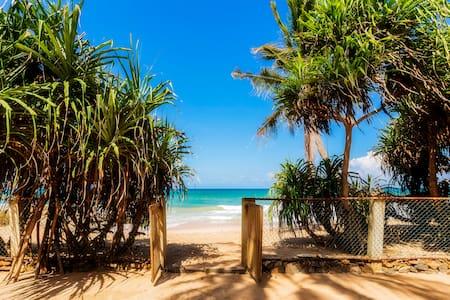 Olu Beach Villa - enchanting ocean front villa - Ambalangoda