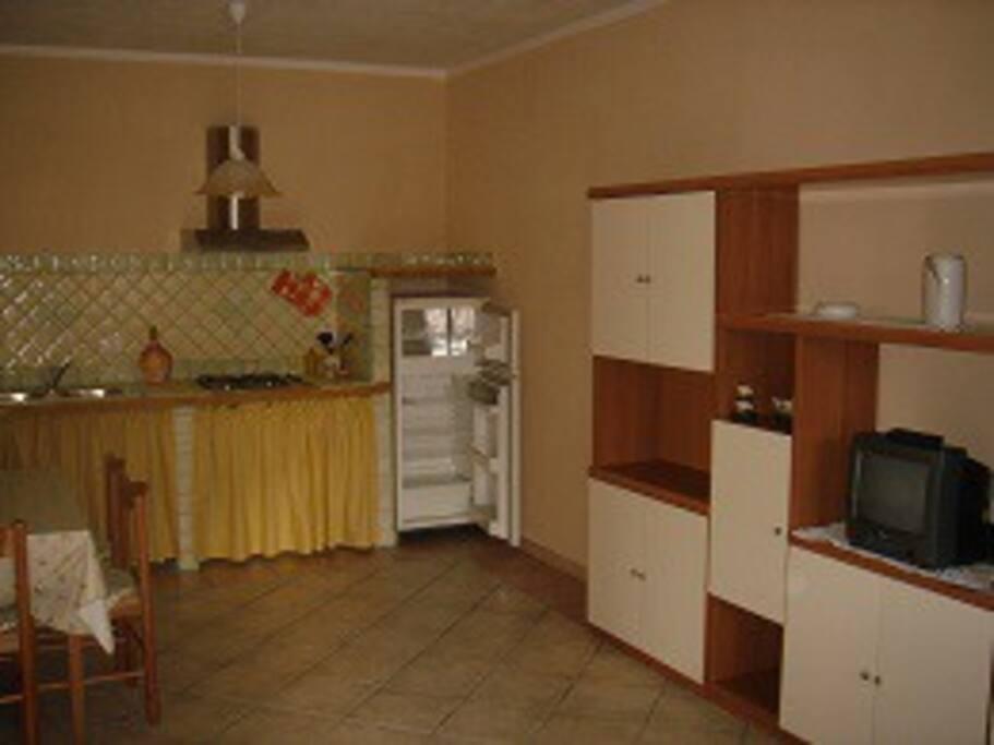 La cucina con parte del salone