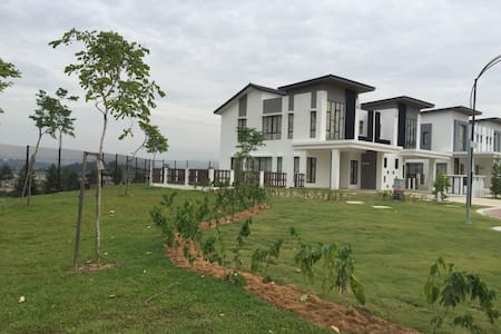 Large green garden with hill views - Kajang - House