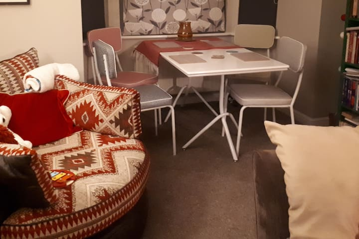 Cosy warm dbl room in modern apartment. Females