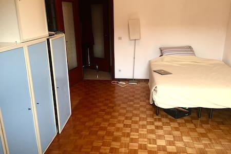Camera singola con letto matrimoniale e TV a Bra - Bra