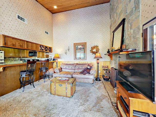 2BR w/ Fireplace, Deck, Pool & Spa