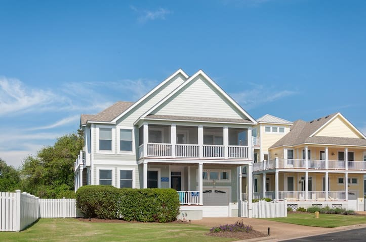 This is a whole house rental just for you and your guests in a golf, tennis, and swimming pool community. Family friendly. Welcome to Shelbytucker's Beach House!
