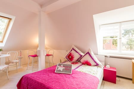 Pinkes Zimmer- Bright and romantic-mit kleinem Bad