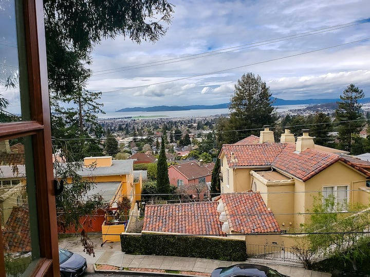 Loft room w/SF Bay view, walk Cal Berkeley Campus+