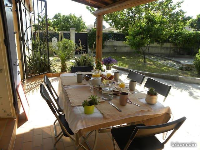 Chambre et parking privée dans villa Carpentras