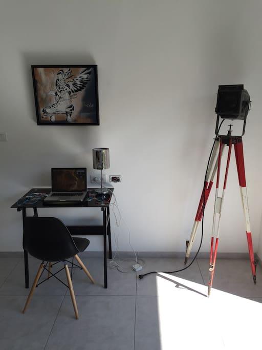 Pièce à vivre lumineuse donnant sur cuisine et balcon avec ordinateur et accès internet et salle à manger
