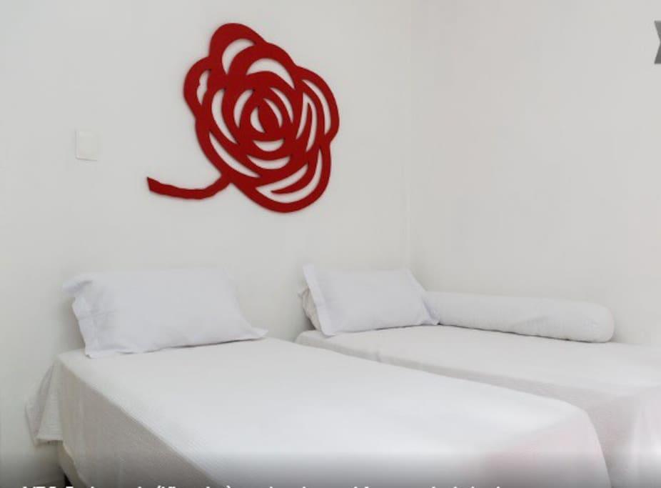 A King Couple bed Or Two Single beds). 2 camas de Solteiro ou uma cama King Size Casal