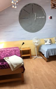 Schönes ruhiges Zimmer mit viel Grün